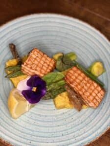 Filetto di salmone alla griglia con risotto allo zafferano