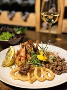 Fritto di calamari moscardini e gamberi con insalata mista