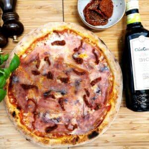 Pizza con Formaggio di capra e prosciutto crudo